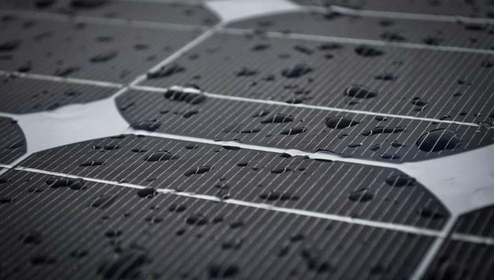 bient t un panneau solaire qui fonctionne sous la pluie. Black Bedroom Furniture Sets. Home Design Ideas